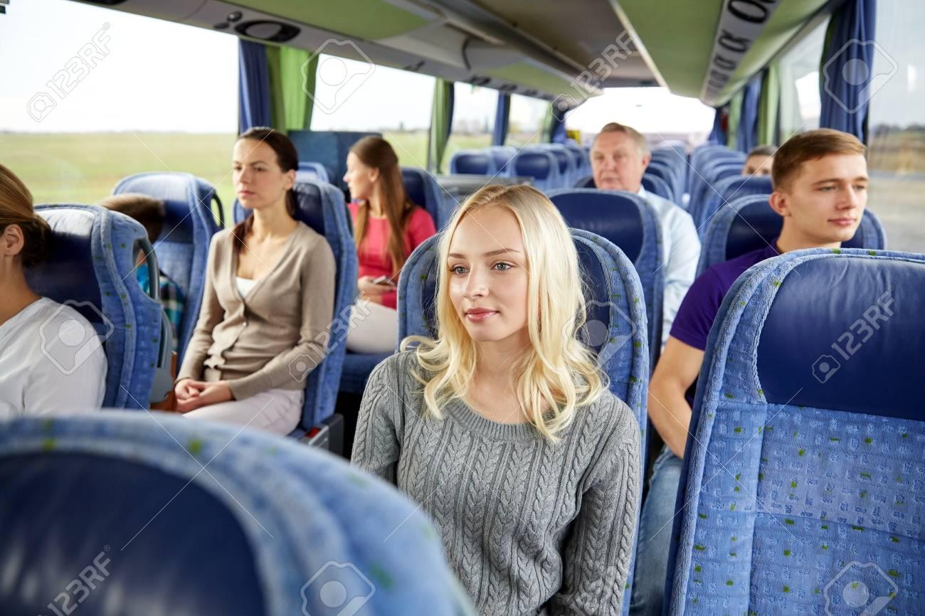 交通、観光、道路旅行と人々 概念 - 乗客または旅行のバスでの観光客の ...