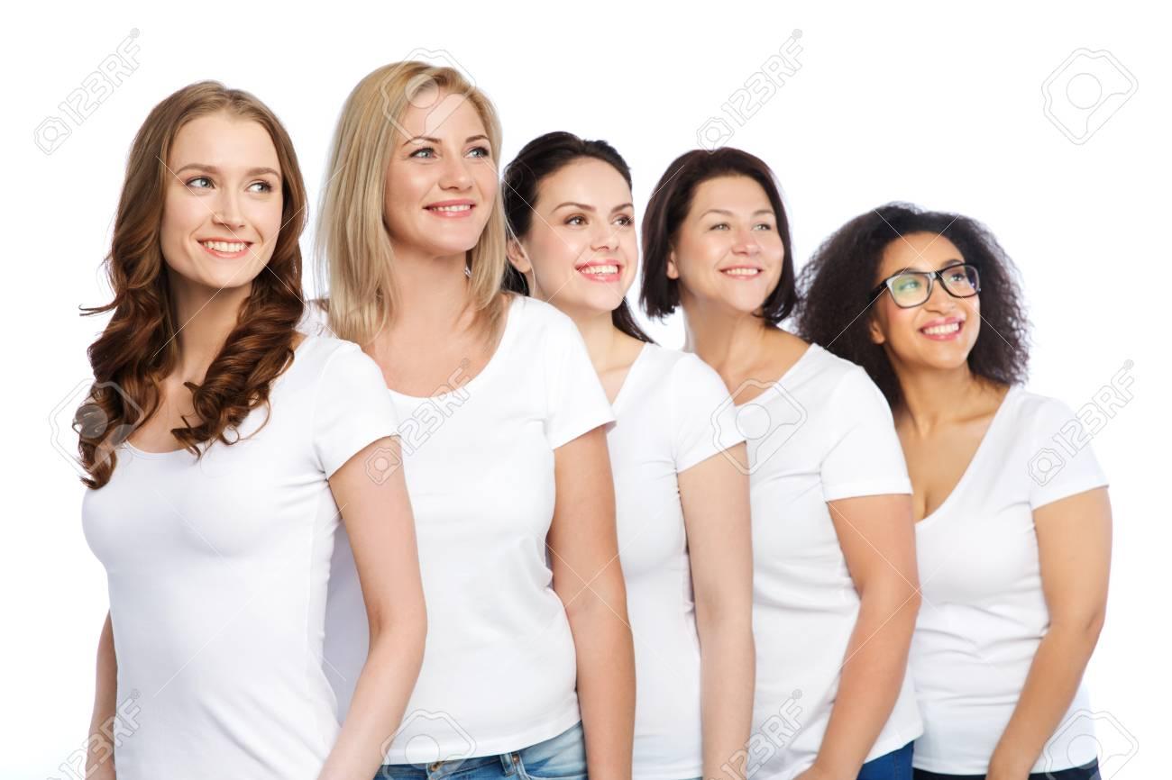 a2fb6dfbafb Amistad, diversa, cuerpo concepto positivo y la gente - grupo de mujeres  felices diferentes