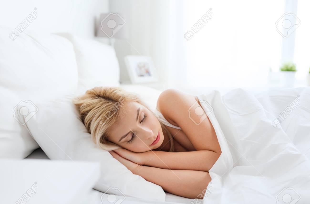 Immagini Stock Concetto Di Resto Di Comodita E Della Gente Giovane Donna Che Dorme A Letto A Casa Camera Da Letto Image 62181117