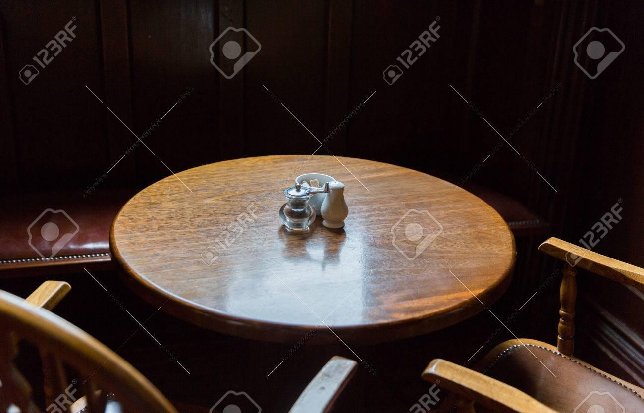 Tavoli E Sedie Da Pub : Interni e oggetti concept vicino di tavolo pub epoca e sedie in
