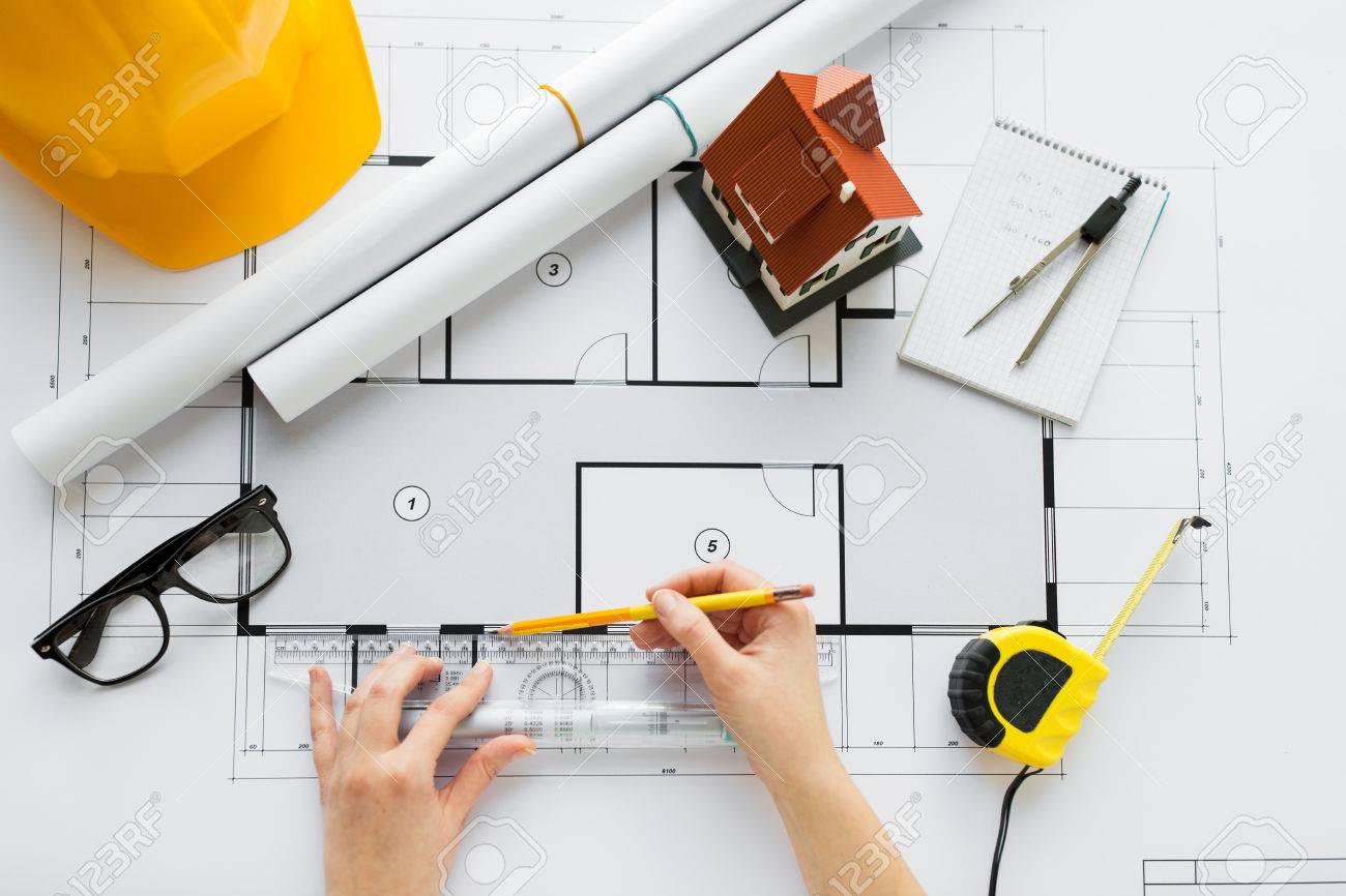 Wirtschaft, Architektur, Bau und Menschen Konzept - Nahaufnahme von Architekt Hände mit Lineal und Bleistift Messwohnhaus Bauplan Standard-Bild - 64174280