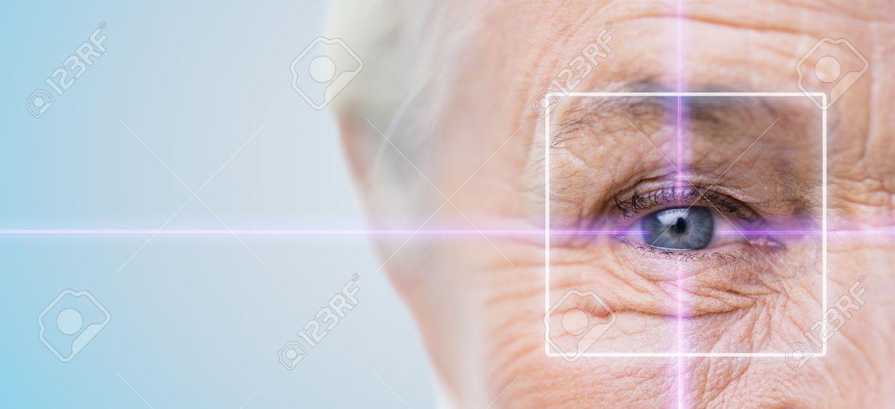 Alter, Vision, Chirurgie, Augenlicht und Menschen Konzept - Nahaufnahme der älteren Frau Gesicht und Augen mit Laserlicht Standard-Bild - 64296836