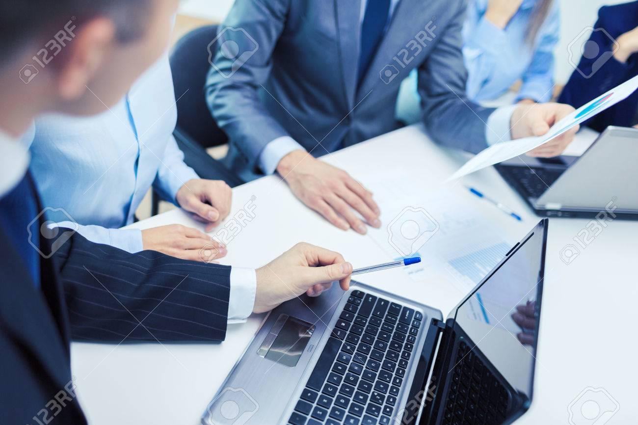 Geschäfts- und Bürokonzept - Nahaufnahme von Business-Team mit Dateien und Laptop-Computer im Büro Standard-Bild - 64298706