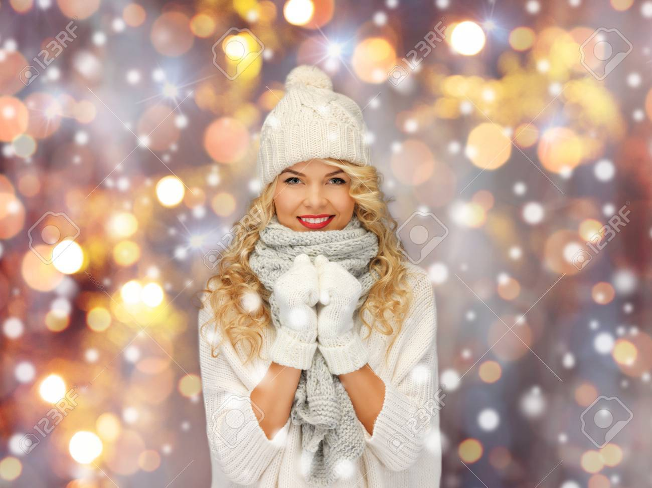Banque d images - Gens, noël, vacances et concept de nouvel an - heureuse  souriante belle femme en hiver chapeau, écharpe et moufles sur les lumières  de ... ebc119acfa9