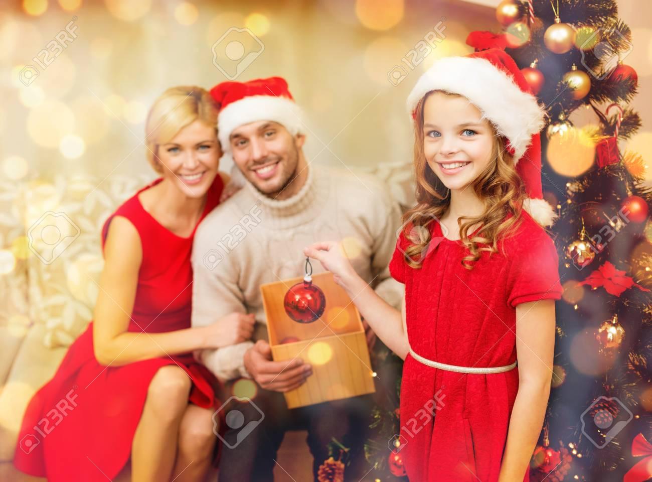 Foto Di Natale Famiglia.Concetto Della Famiglia Di Natale Di Natale Di Inverno Di Felicita E Della Gente Famiglia Sorridente In Cappelli Dell Assistente Di Santa Che