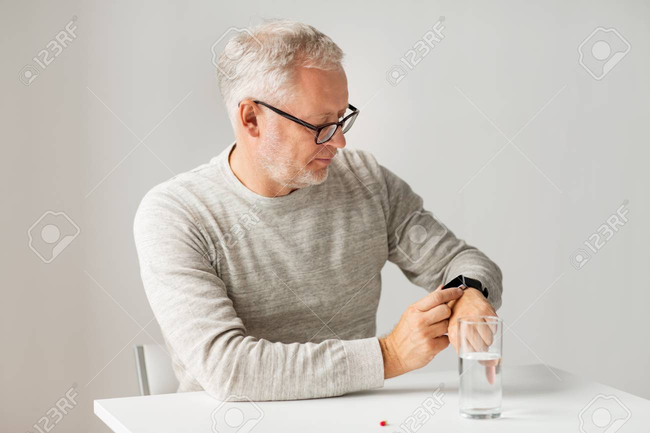 Smartwatch Un Ou Les L'eau Regardant Santé De Gens Montre La Pilule Verre Bracelet MédecineSoins Et Senior Avec Homme Concept D'eau J3uTK1Flc