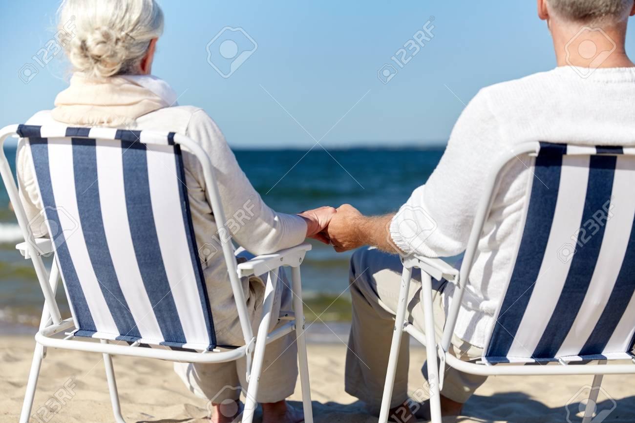 Heureux Gros FamilleVieillesseVoyageTourisme Et De Sur Âgées Concept Des La Assis Longues Les Couple Personnes Plan Chaises Gens TwZukXPOi