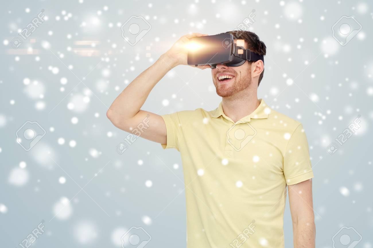 Foto Di Natale Neve Inverno 94.Tecnologia Concetto Di Realta Aumentata Inverno Natale E Persone Felice Giovane Con Auricolare Virtuale O Occhiali 3d Su Sfondo Grigio E Neve