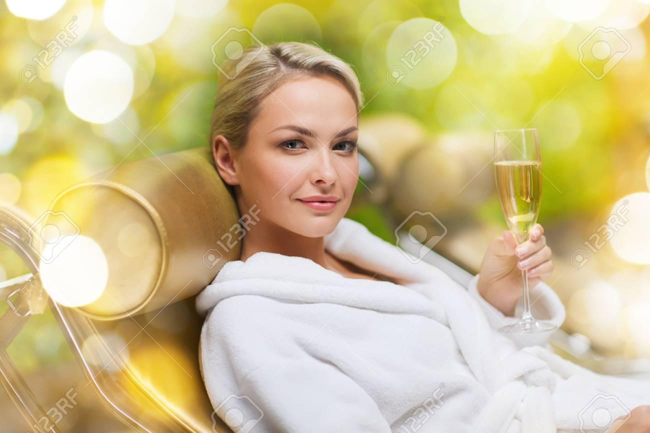 Concept Longue Buvant Détente Au Spa Belle Femme Et Champagne PersonnesBeauté Sur Une Du Peignoir De Allongé Chaise Jeune Blanc En 9YDeW2IEH
