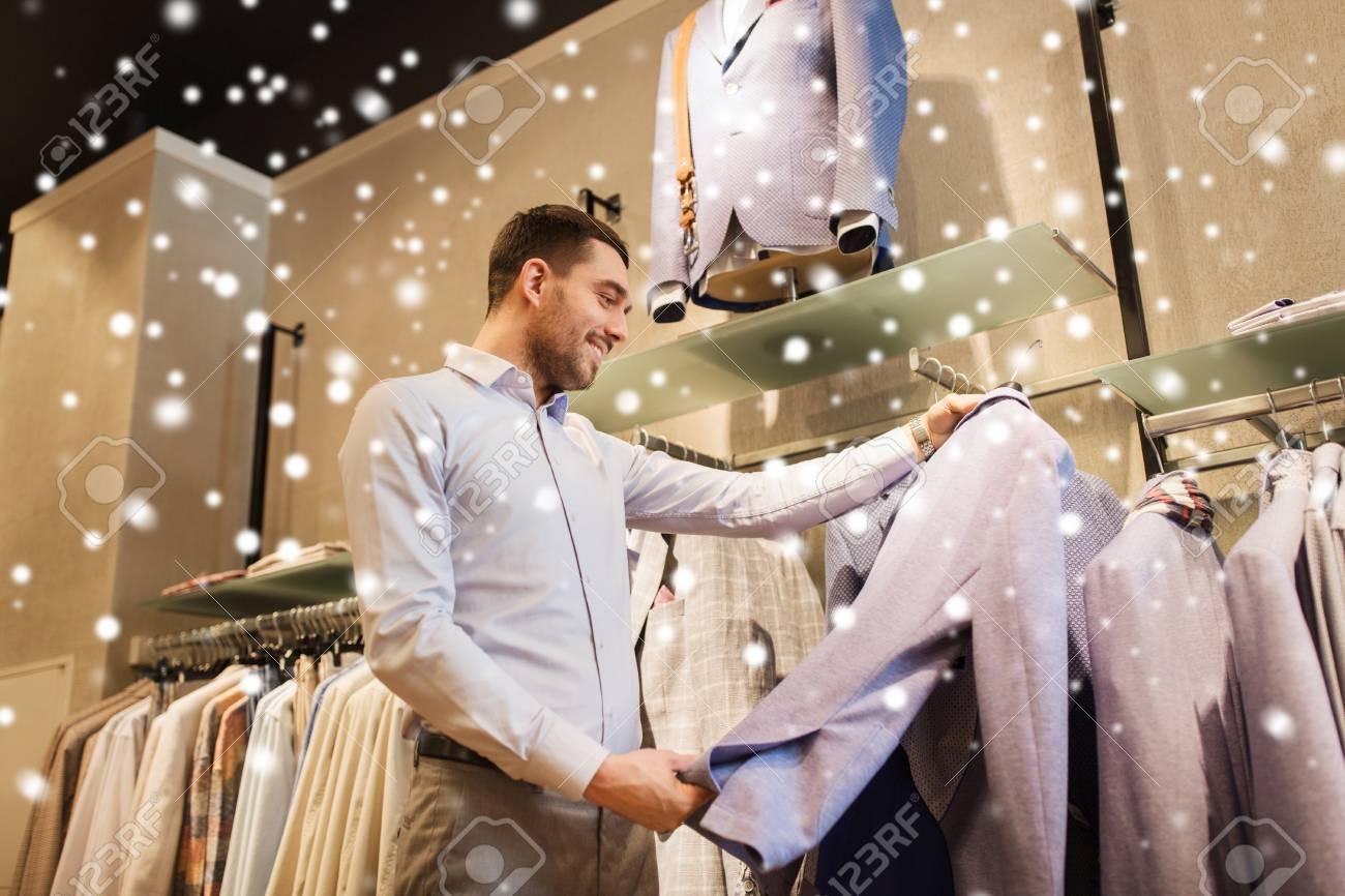 Camisa Comercial De Centro Chaqueta Concepto La Gente Feliz Joven VentaComprasModaEstilo El Elección Hombre En Y Tienda O TJFK1l3c