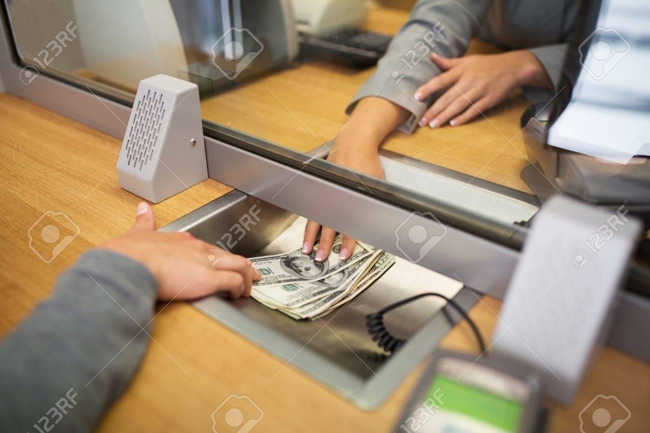 Menschen, Rückzug, Einsparung und Finanzkonzept - Schreiber bares Geld zu Kunde bei der Bank Büro oder Währungstauscher geben Standard-Bild - 67412251