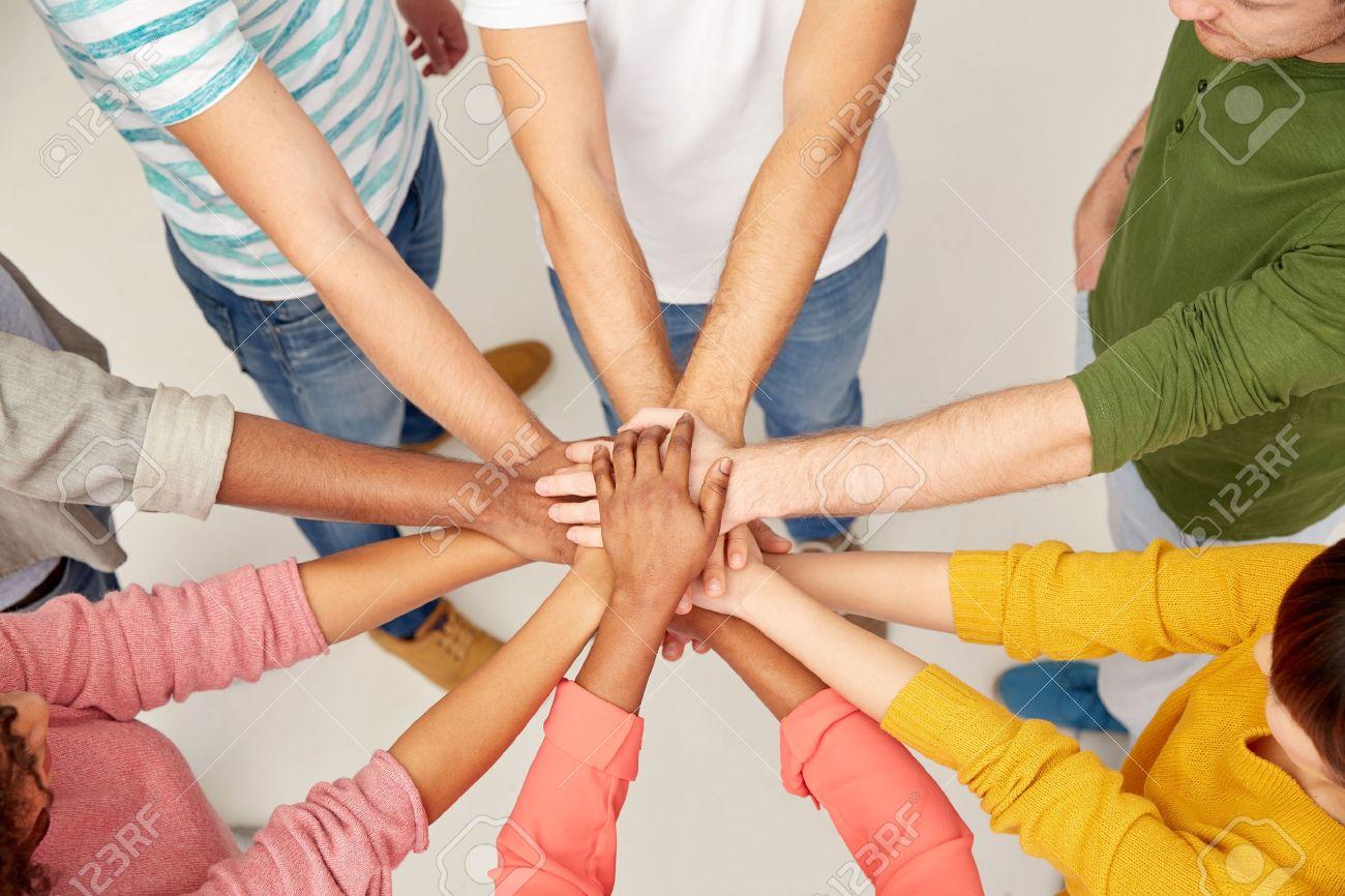 Gruppe internationaler Menschen mit den Händen zusammen Standard-Bild - 70083148