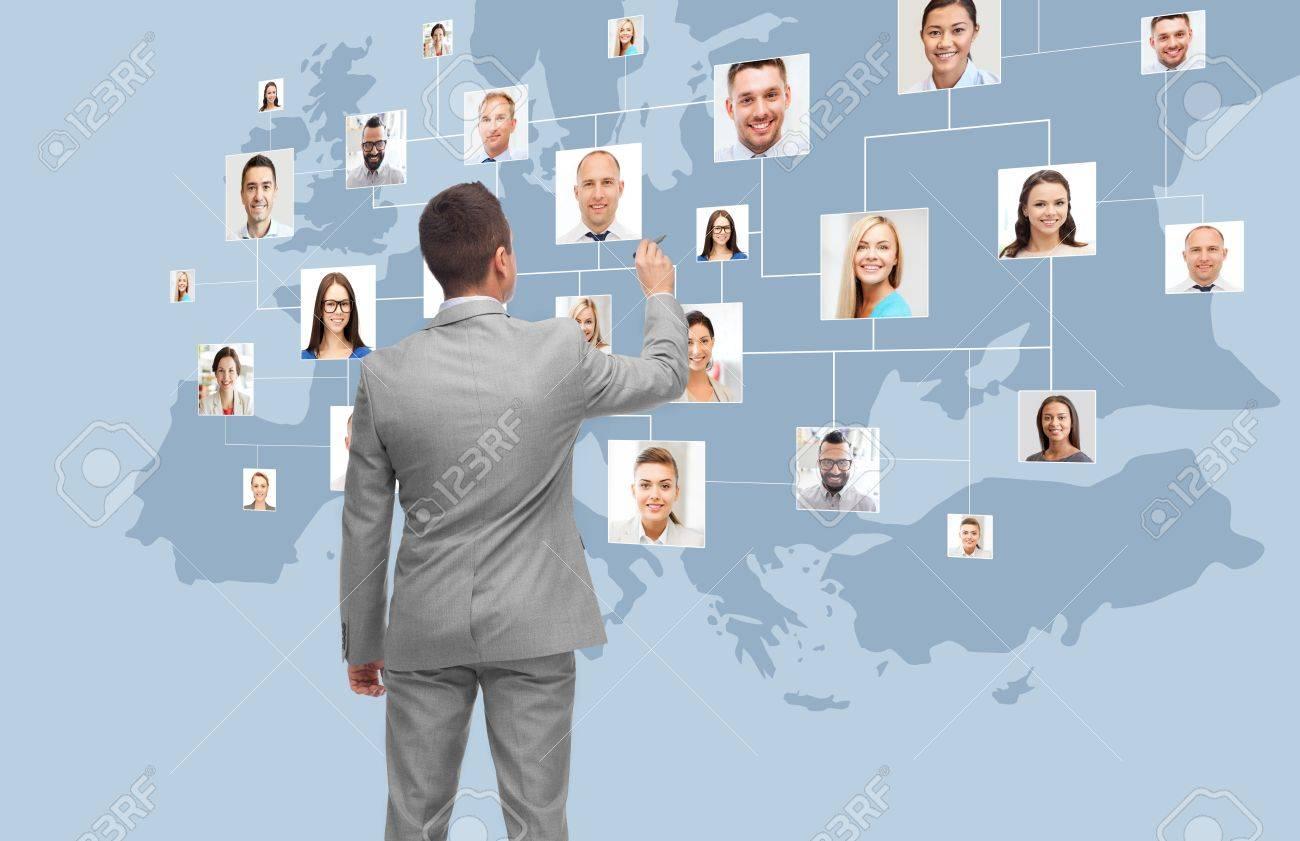 auf virtuellen Bildschirm Geschäftsmann mit Kontakten Standard-Bild - 70807921