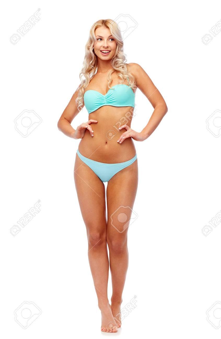82d46f4feed2 Personas, trajes de baño y concepto de verano - mujer joven sonriente feliz  en traje de baño bikini