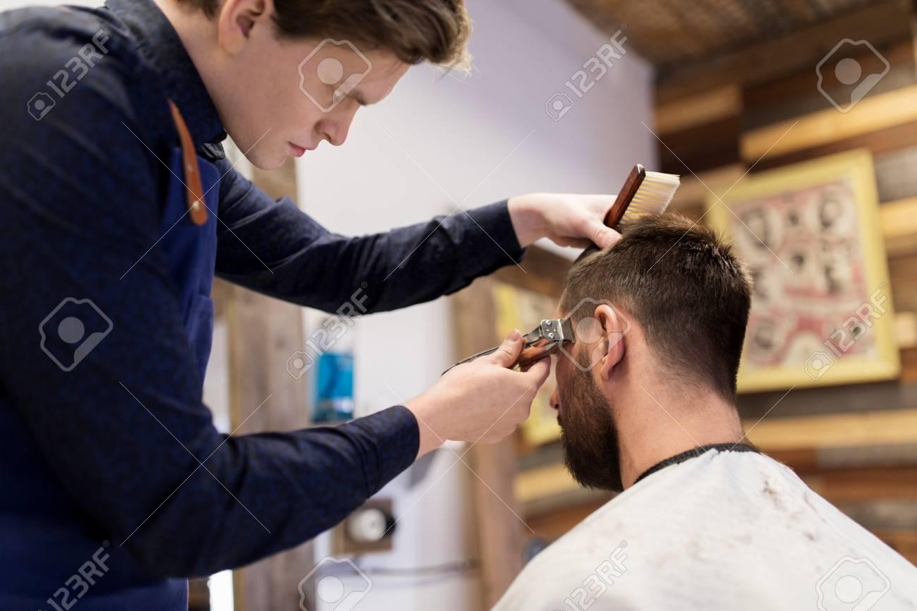 グルーミング、髪型や人々 のコンセプト , 男は床屋やトリマーの理髪店で髪をカットで美容院
