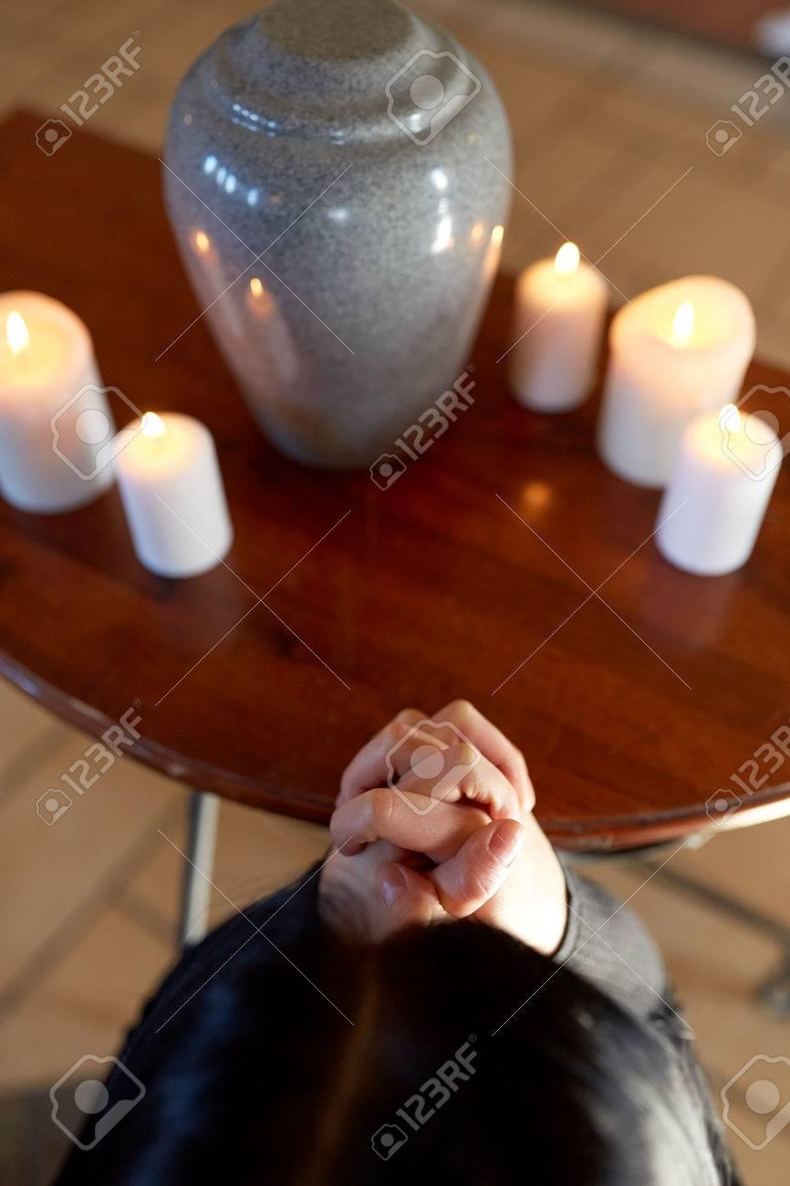Einäscherung Menschen Und Trauer Konzept Traurige Frau Mit