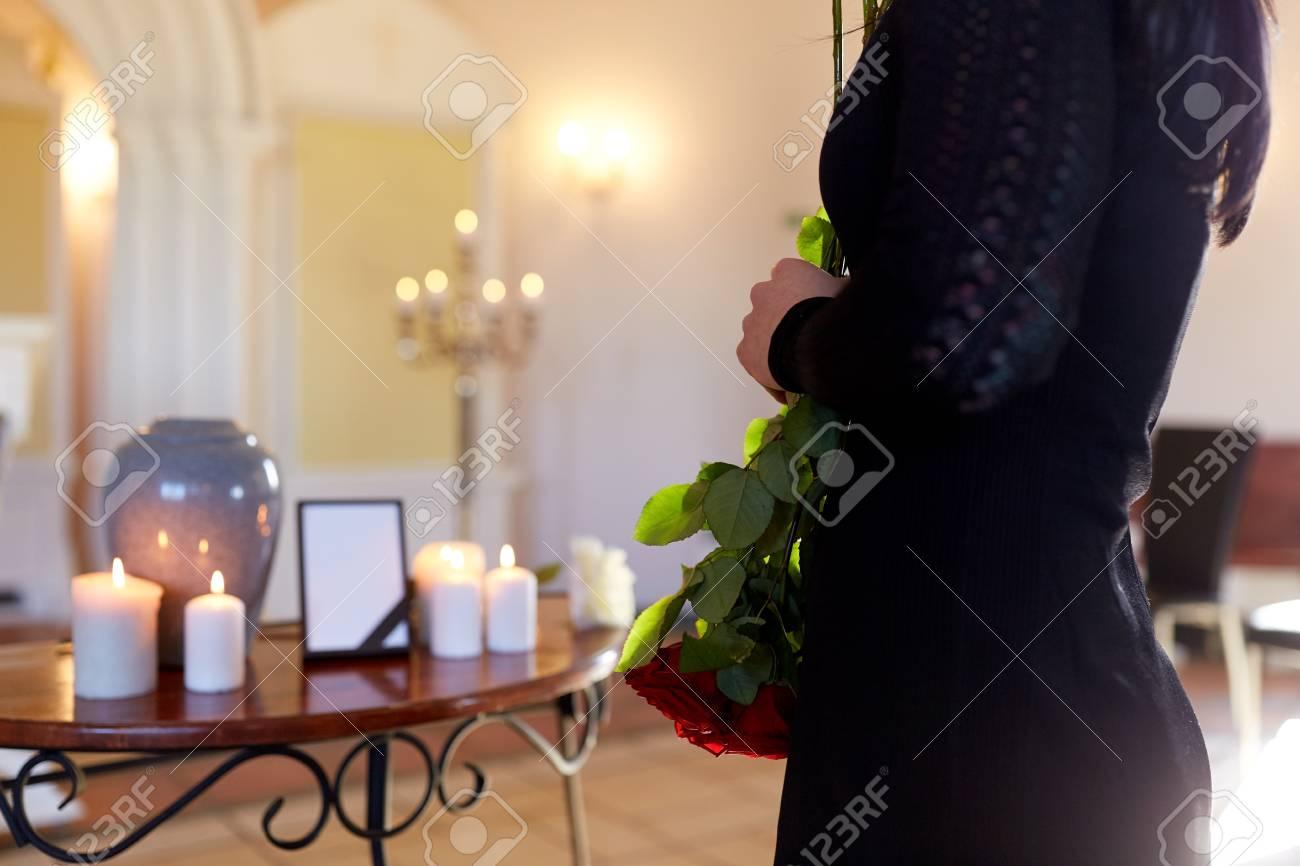 Frau Mit Einäscherung Urne Bei Beerdigung In Der Kirche Lizenzfreie