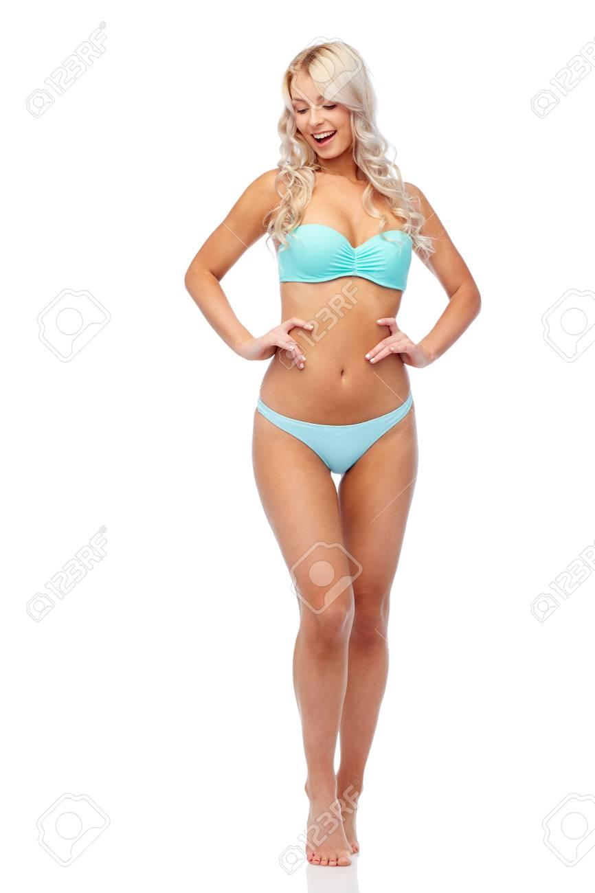 100% originales Precio 50% disfruta el precio más bajo Personas, trajes de baño y concepto de verano - mujer joven sonriente feliz  en traje de baño bikini