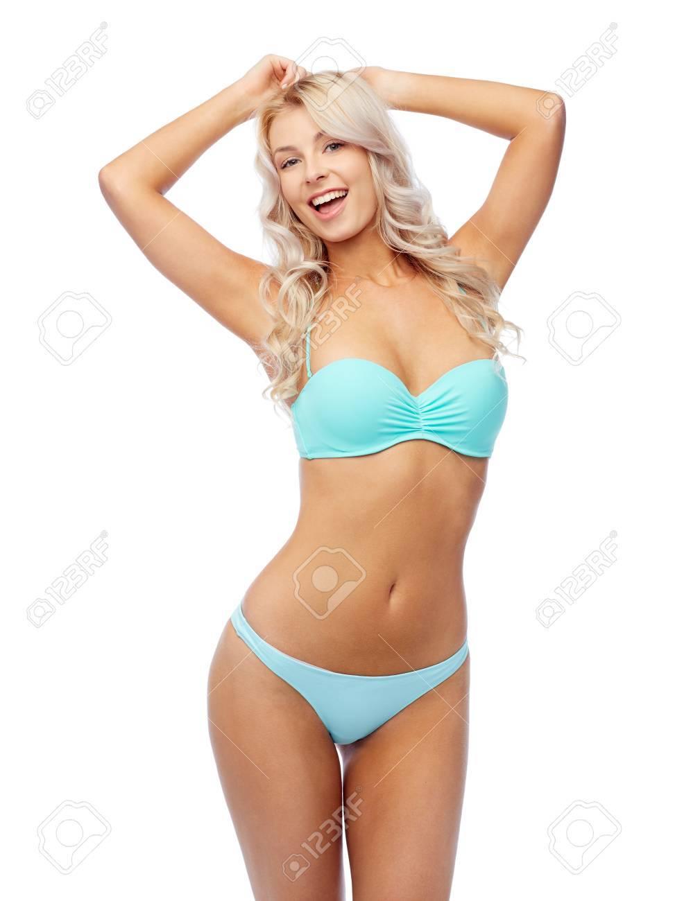 da3a757fe4f9 Feliz mujer joven sonriente en traje de baño de bikini