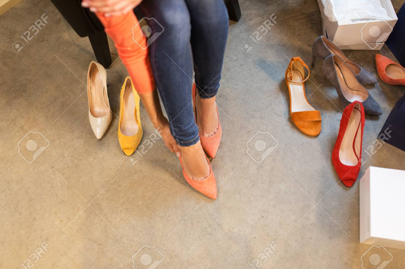 Jeune Femme Essayant Des Chaussures à Talon Haut Au Magasin