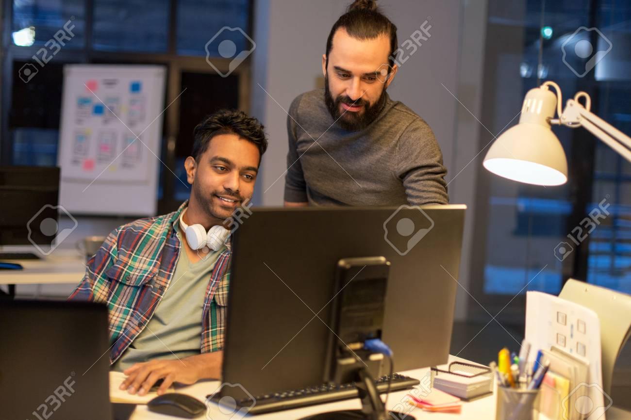 Kreatives Team Mit Computer Arbeiten Spat Im Buro Lizenzfreie Fotos Bilder Und Stock Fotografie Image 95793147