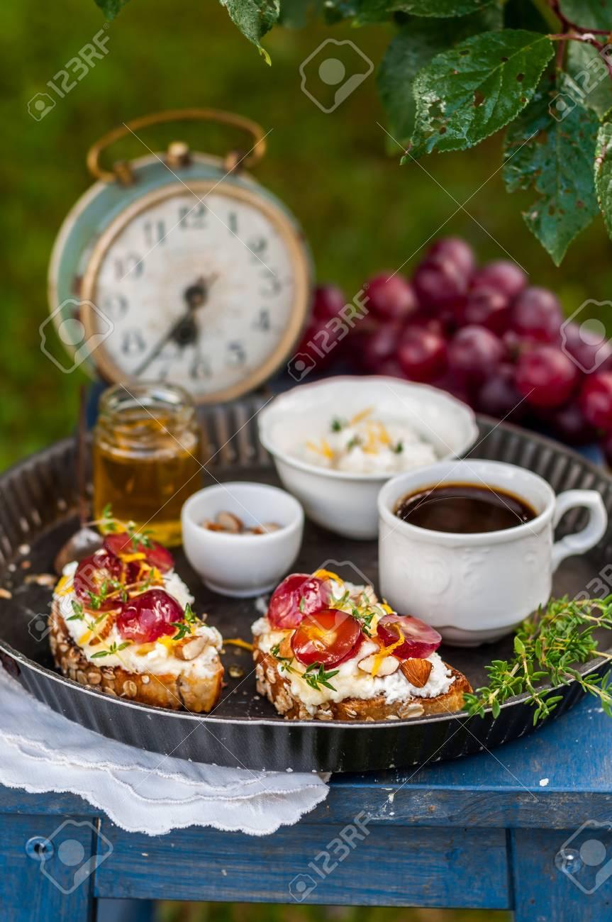 Banque d images - Bruschetta au raisin et à la ricotta Servi pour le petit- déjeuner, copiez l espace pour votre texte c599e61c3918