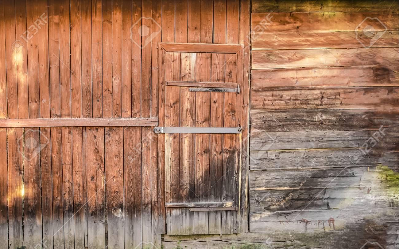 Old Wooden Barn Door With Metal Lock Front View Lizenzfreie Fotos