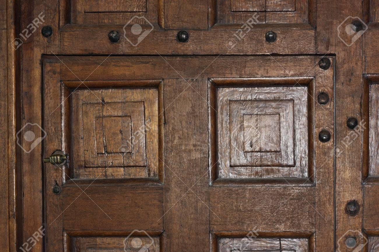 Diseños Decorativos De Las Puertas De Madera En El Viejo Estilo ...