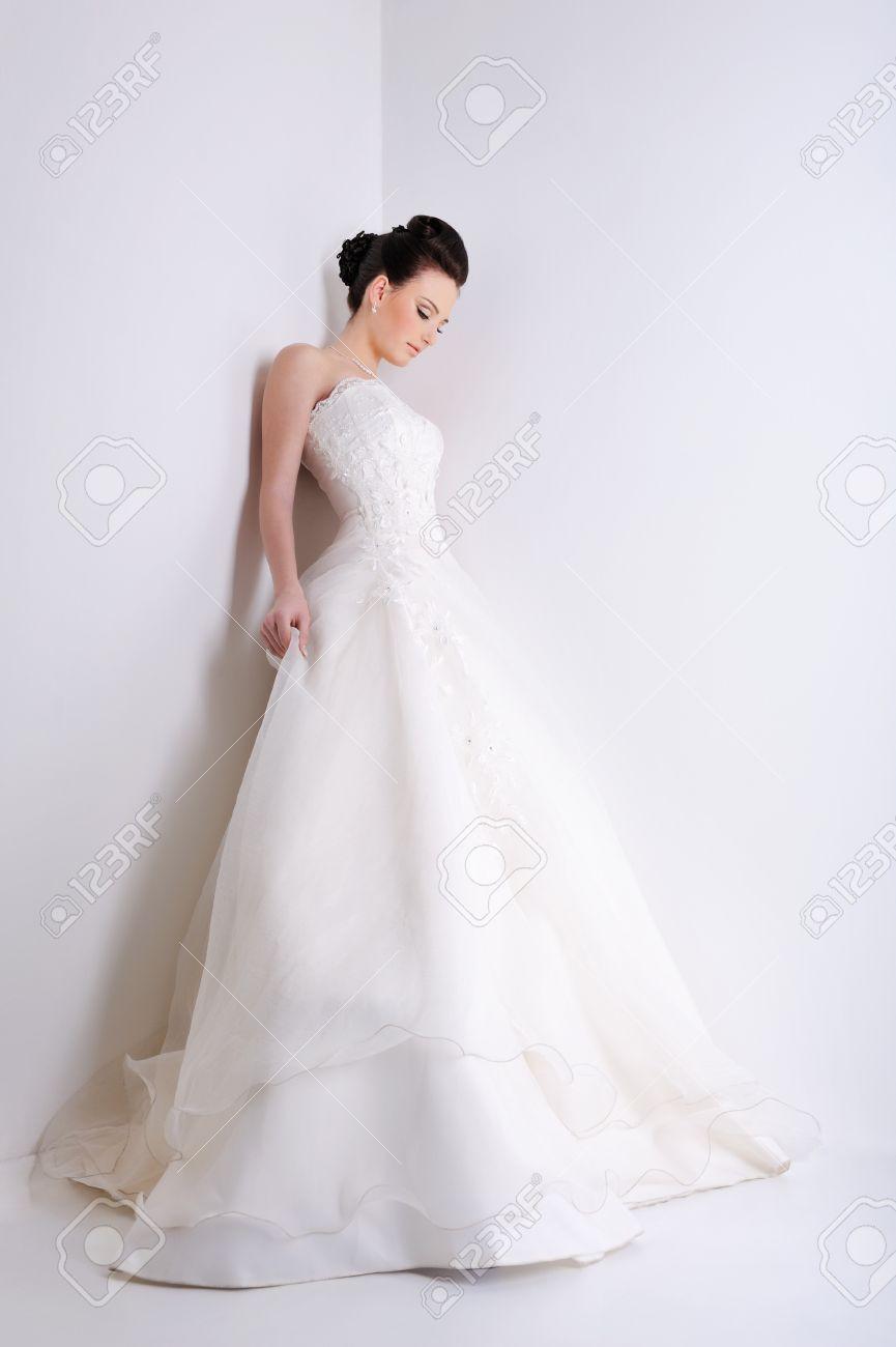 Beauty Junge Braut Gekleidet In Weiße Eleganz Brautkleid Lizenzfreie ...