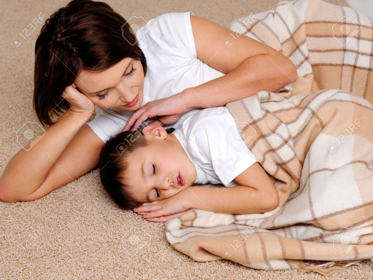 Спящий сын и мать фото 2 фотография