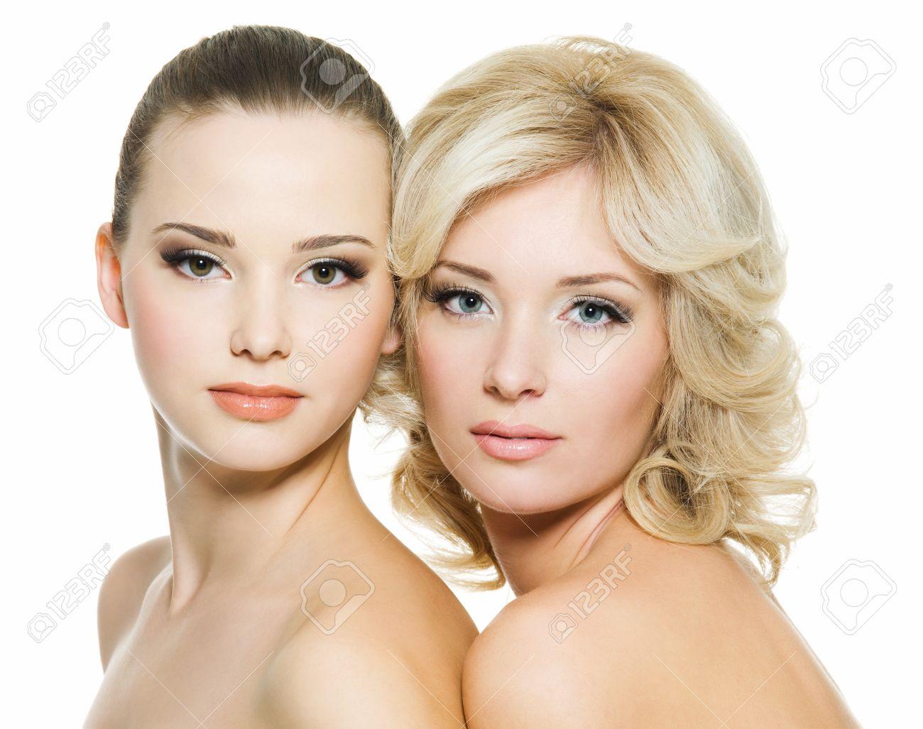 Caras Bonitas De Las Hermosas Sexy Adultas Jóvenes Posando Sobre