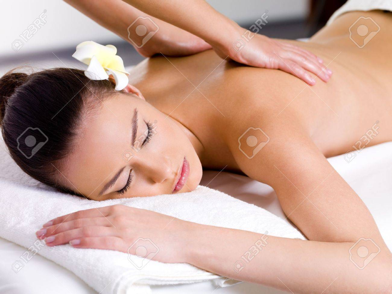 Beautiful woman having relaxing massage on her back in spa salon Stock Photo - 9195367
