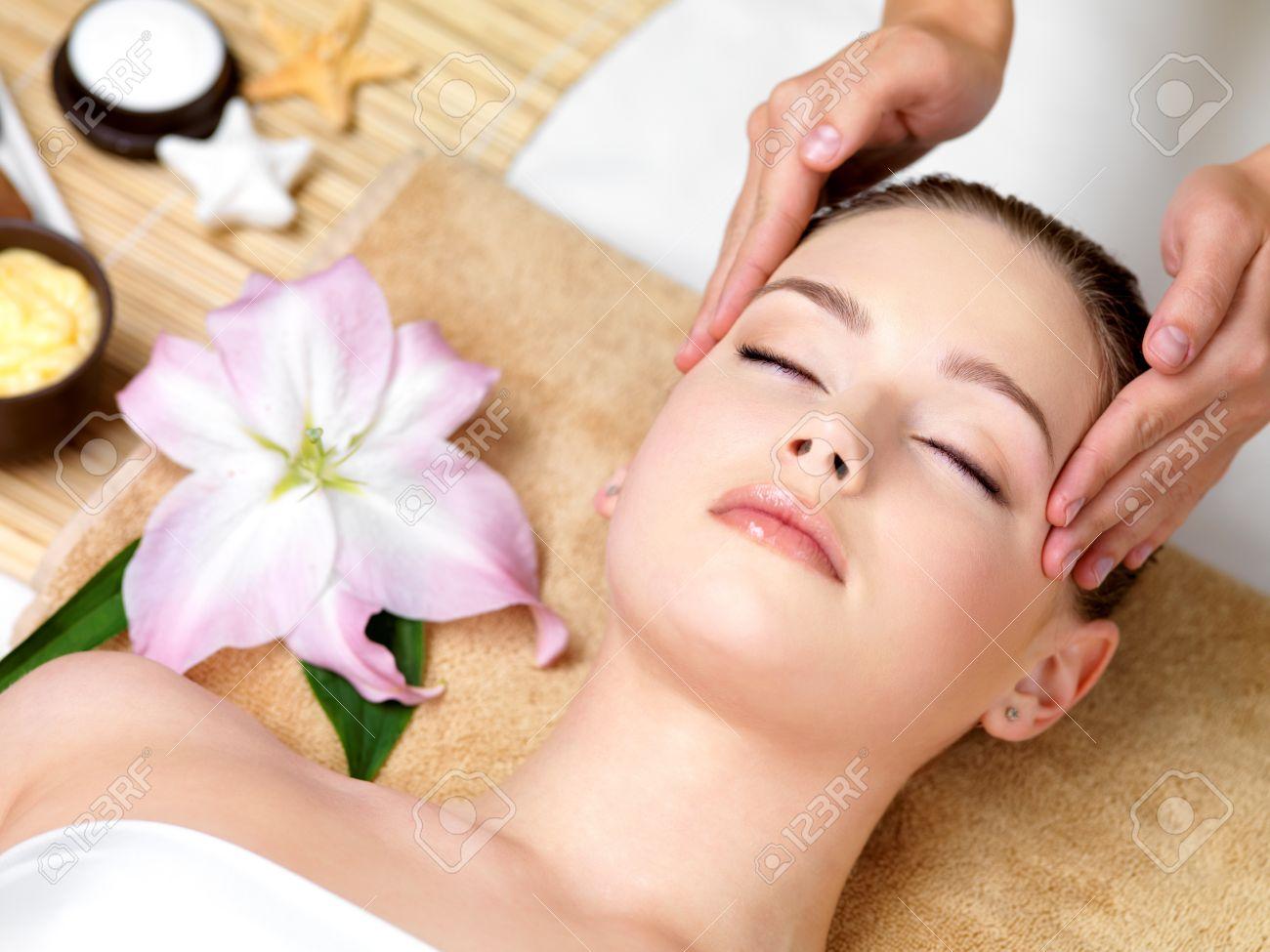 Spa massage  Schöne, Junge Frau Mit Spa Massage Des Kopfes Im Beauty-Salon ...