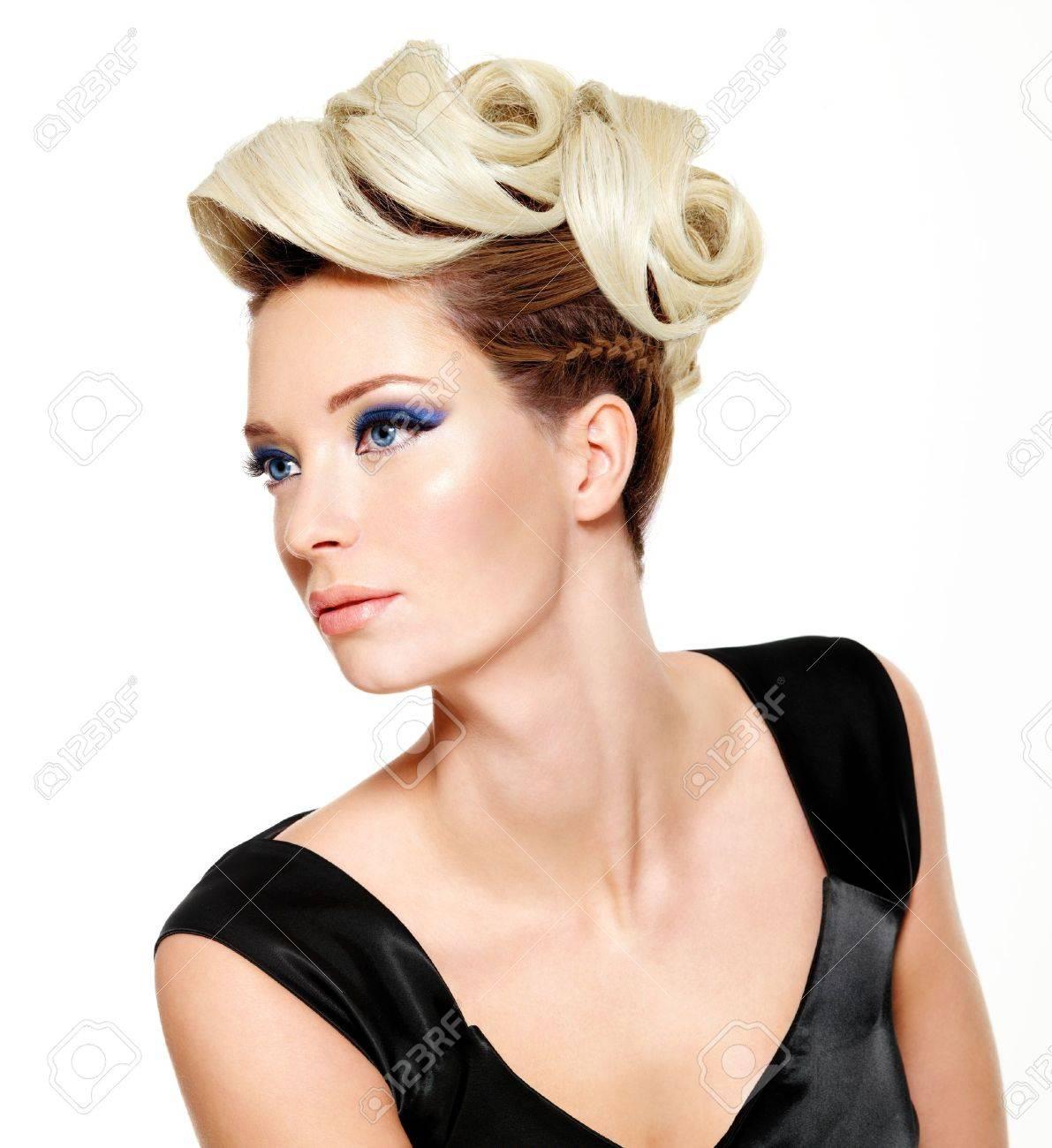 hermosa mujer con peinado moderno y de moda el maquillaje de los ojos aisladas sobre