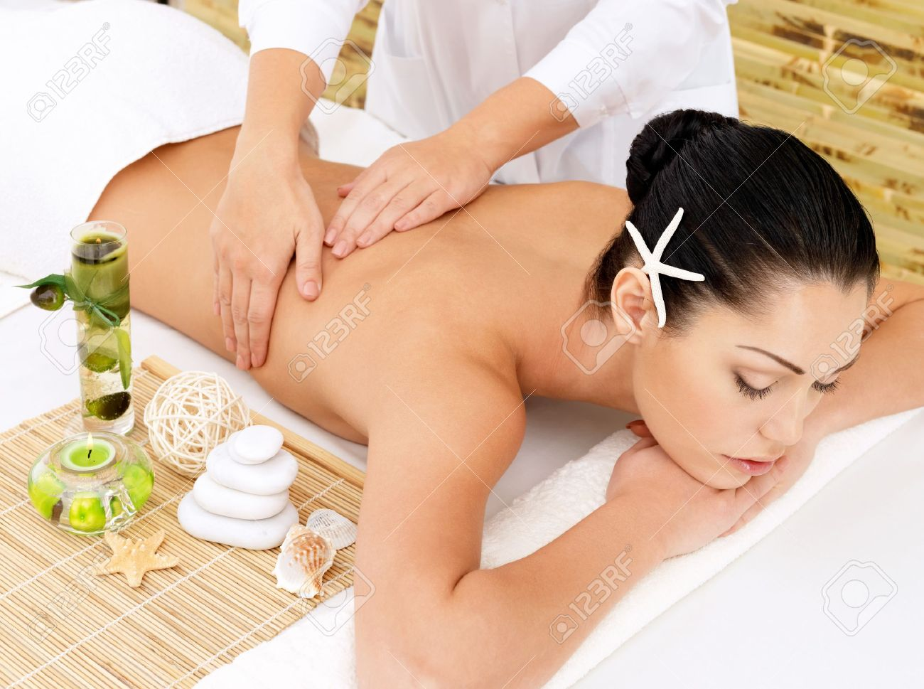 Woman having therapy massage of back in the spa salon. Beauty treatment concept. Stock Photo - 17853375