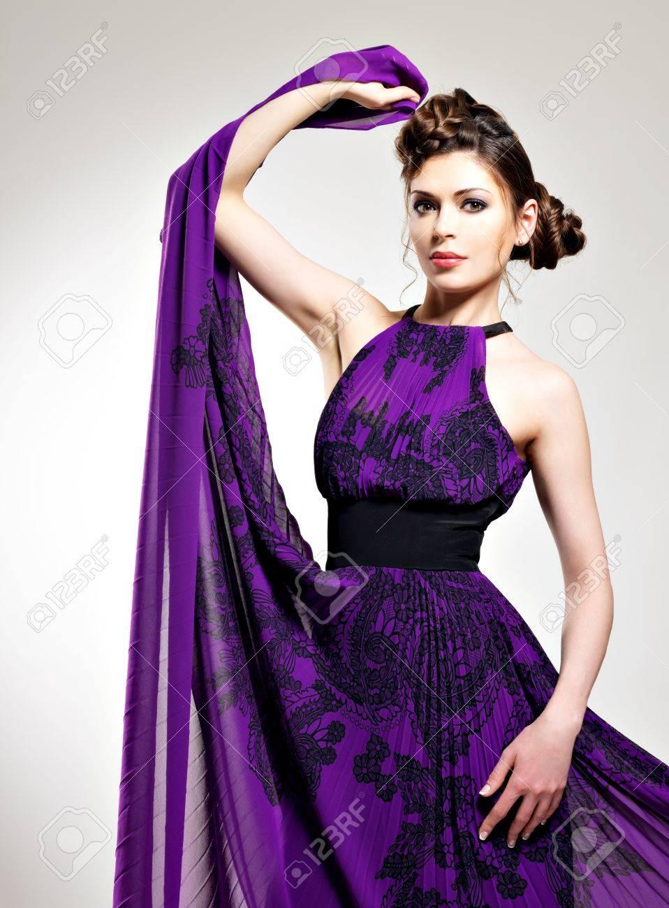 Moda Mujer Hermosa En Peinado Púrpura Vestido Largo Con Trenzas Diseño Posa En El Estudio