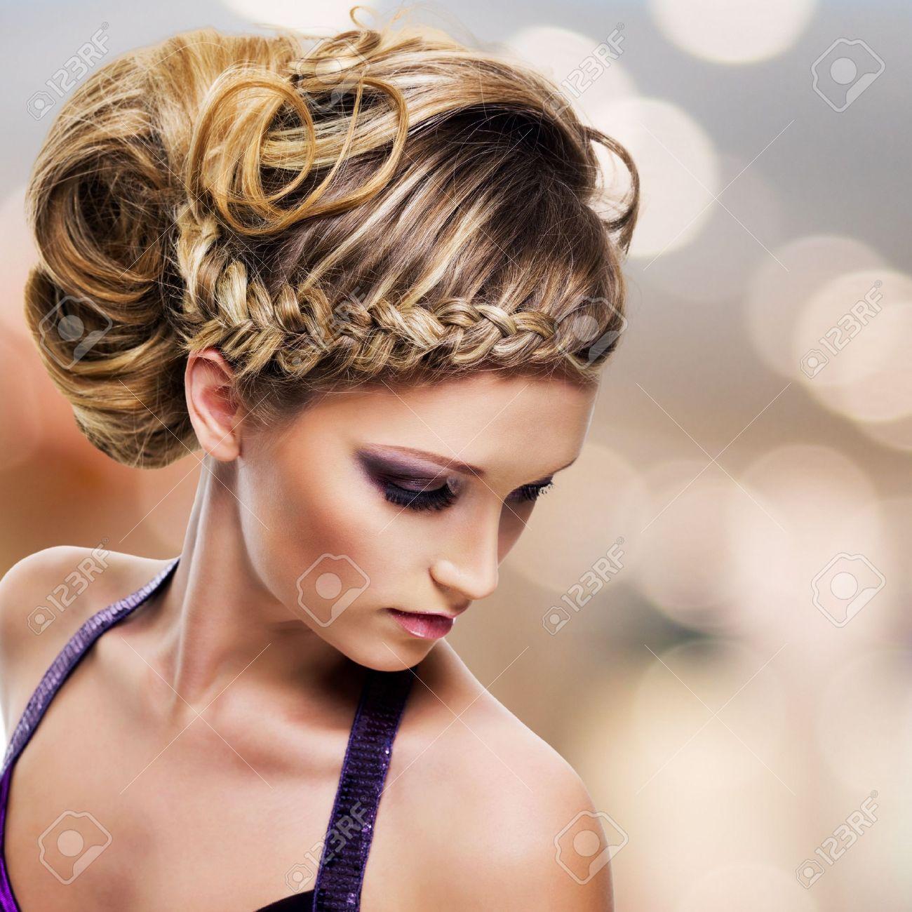 retrato de ngulo alto de la hermosa mujer con el peinado fondo de la moda