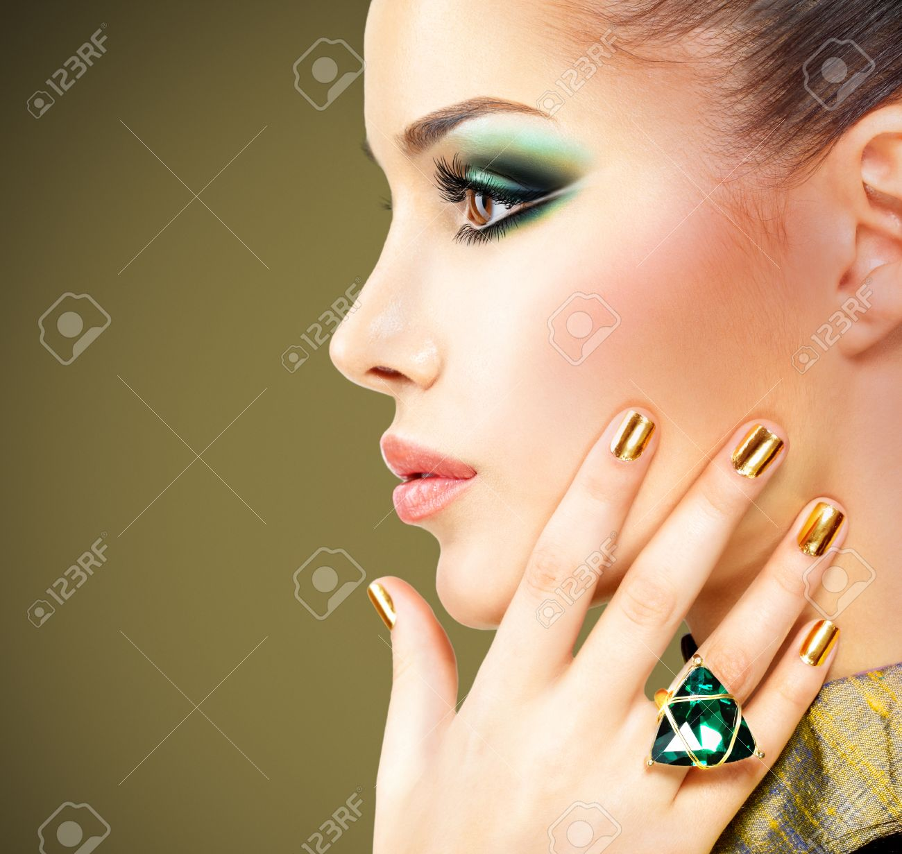 Glamour Frau Mit Schönen Goldenen Nägel Und Smaragd Ring Auf Händen ...