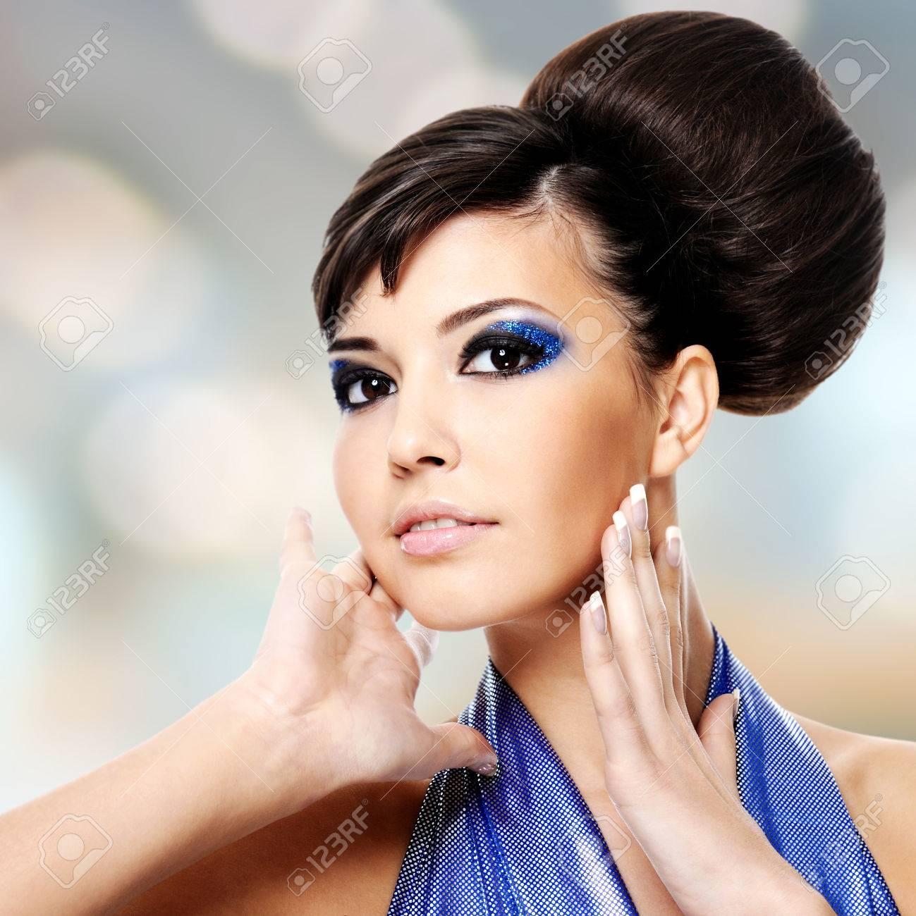 Visage De Belle Femme Avec La Coiffure De Mode Et Du Glamour ...