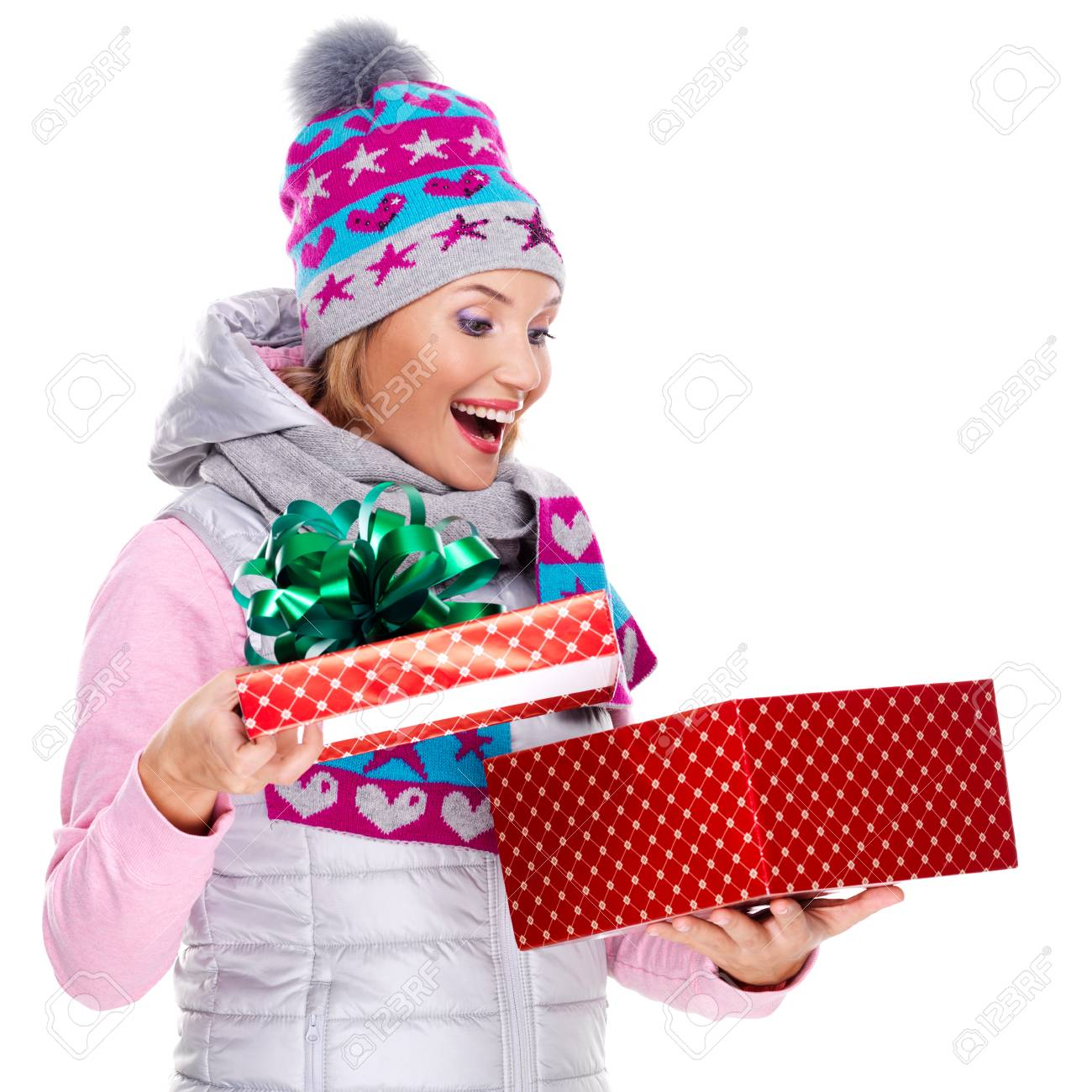 Foto Freudig überrascht Frau Mit Einem Weihnachtsgeschenk In Einer ...