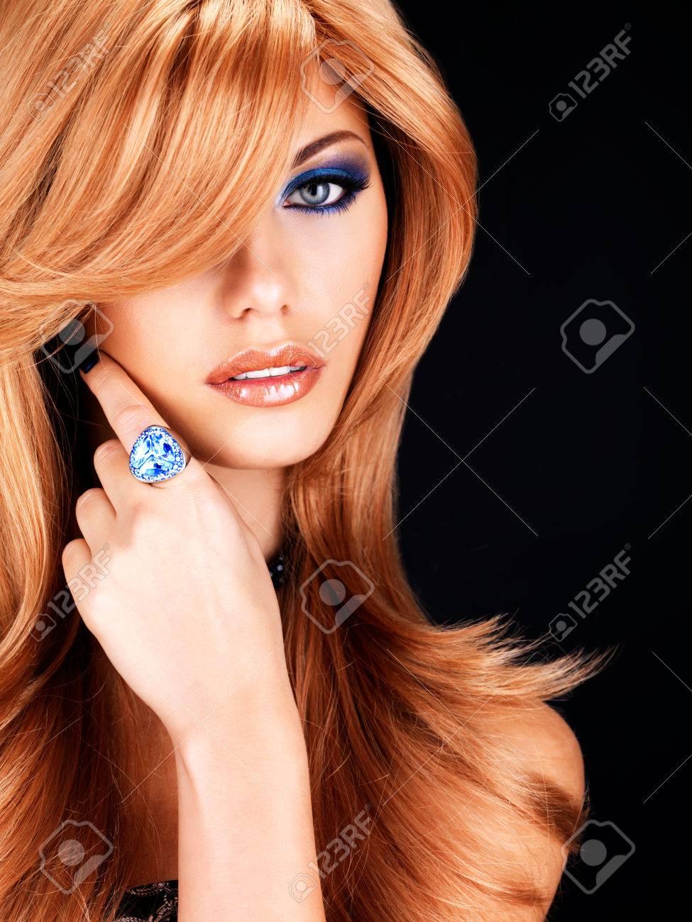 Porträt Einer Schönen Frau Mit Langen Roten Haaren Und Blauen Augen