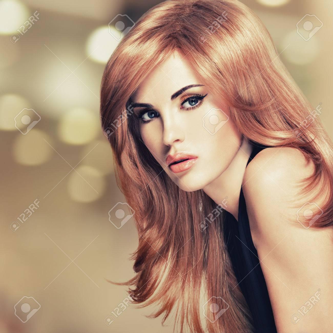 Portrait D'une Belle Femme Avec De Longs Cheveux Rouges Droite ...