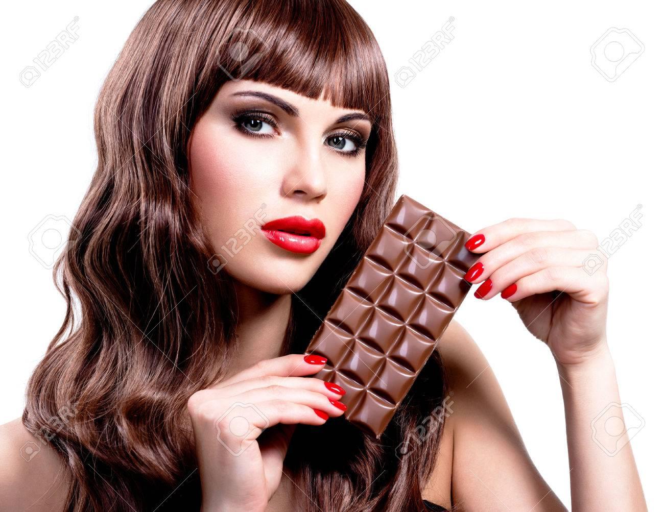 Make Up Tafel : Portrait der schönen sexy frau mit tafel schokolade nahaufnahme