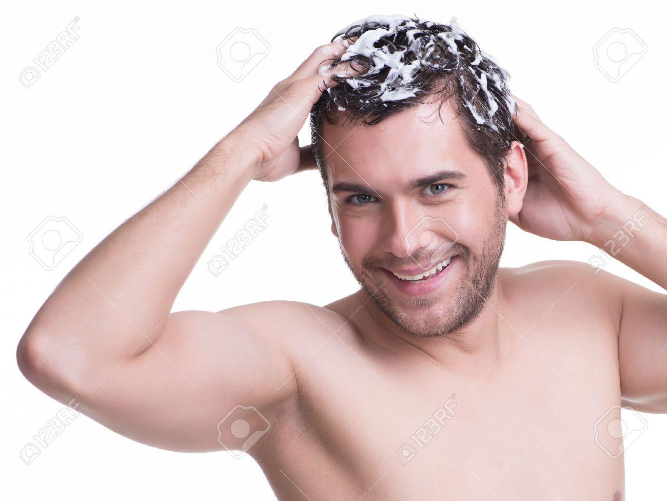 Connu Jeune Sourire Heureux Homme Se Laver Les Cheveux Avec Un  IM12