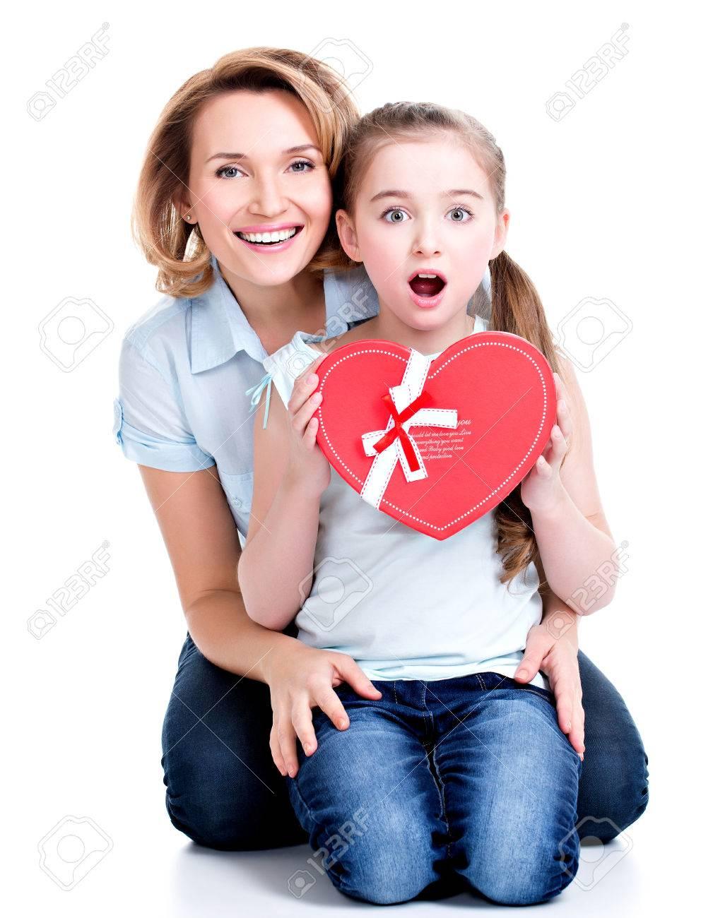 Portret Van Gelukkige Moeder En Jonge Dochter Hold Gift Voor