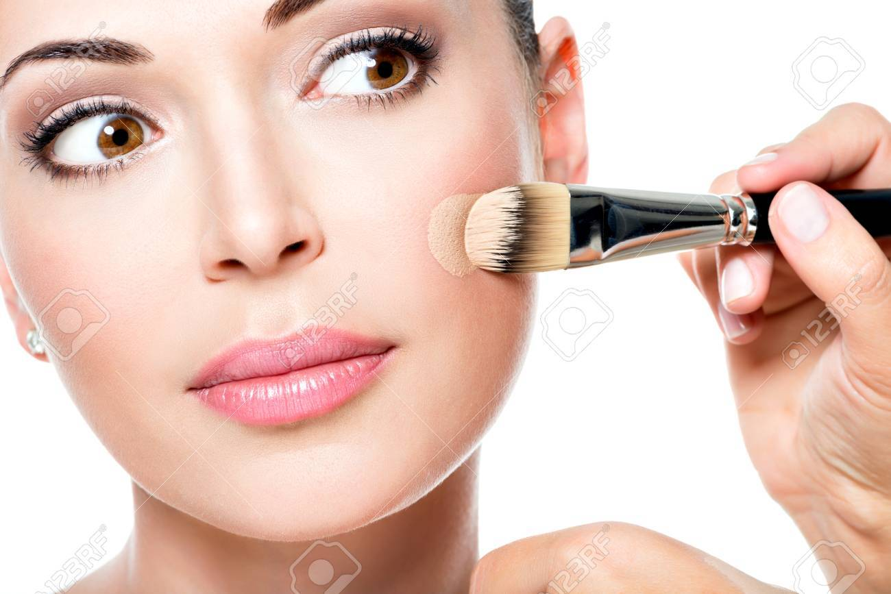 How to apply the tonal foundation on the face correctly: video and step-by-step instructions for applying the foundation with fingers, sponge and brush to mask skin imperfections and wrinkles 3