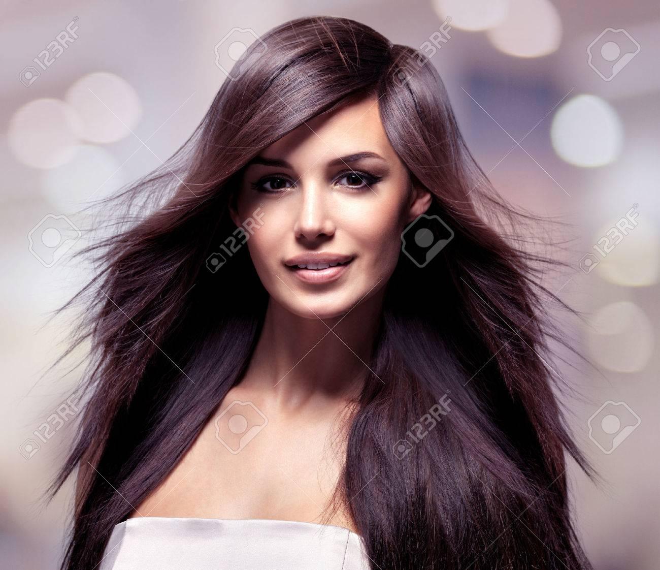 Fashion Model With Longs Cheveux Raides. Modèle De Mode Posant ...