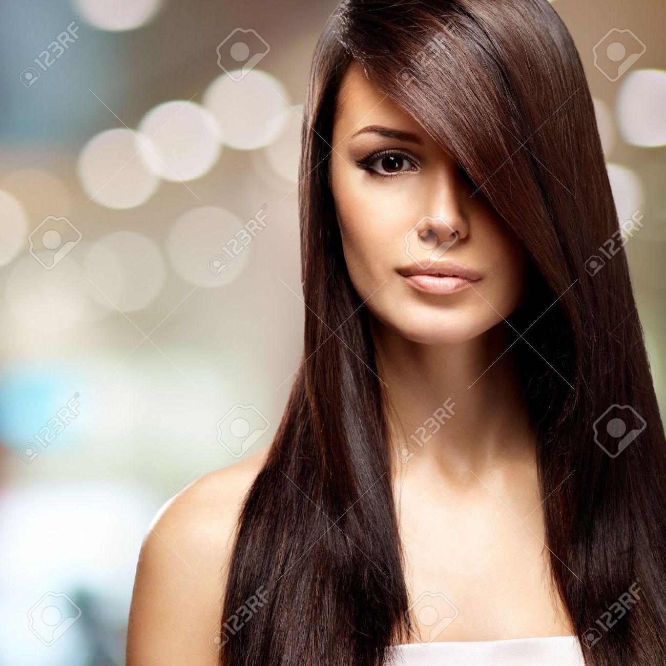Belle Femme Avec De Longs Cheveux Bruns Raides. Fashion Model Pose ...