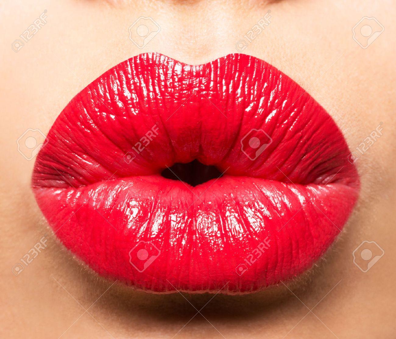 Charleen '69 - Page 3 44898872-les-l%C3%A8vres-de-femme-avec-rouge-%C3%A0-l%C3%A8vres-rouge-et-baiser-geste
