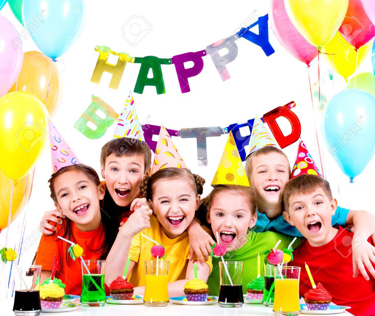 Groupe d'enfants rieurs ayant plaisir à la fête d'anniversaire - isolé sur un fond blanc. Banque d'images - 46590744